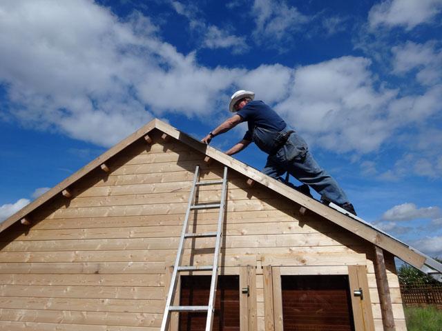 man installing shingles, Dowell Roofing, Murfreesboro Roofers